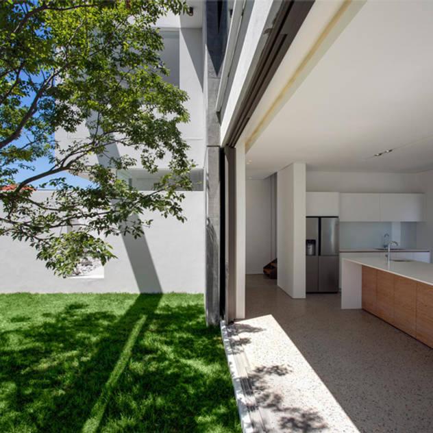 Nhà bếp phong cách tối giản bởi Three14 Architects Tối giản