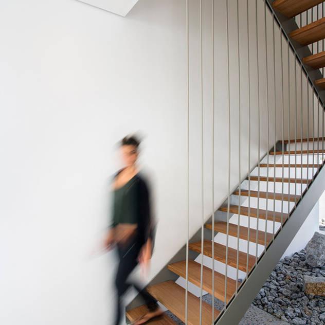 Hành lang, sảnh & cầu thang phong cách tối giản bởi Three14 Architects Tối giản