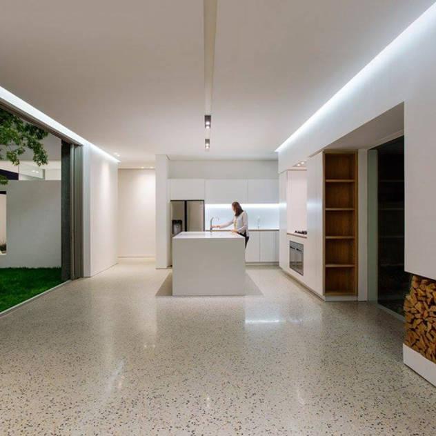 Phòng khách phong cách tối giản bởi Three14 Architects Tối giản