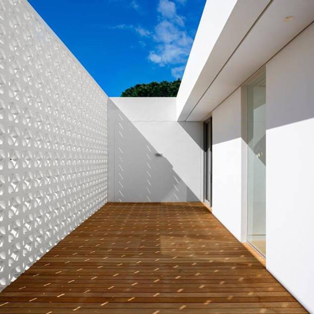 Hiên, sân thượng phong cách tối giản bởi Three14 Architects Tối giản