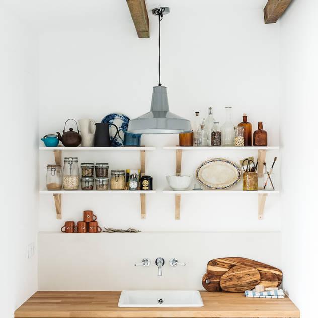 Nhà bếp phong cách mộc mạc bởi Arkstudio Mộc mạc