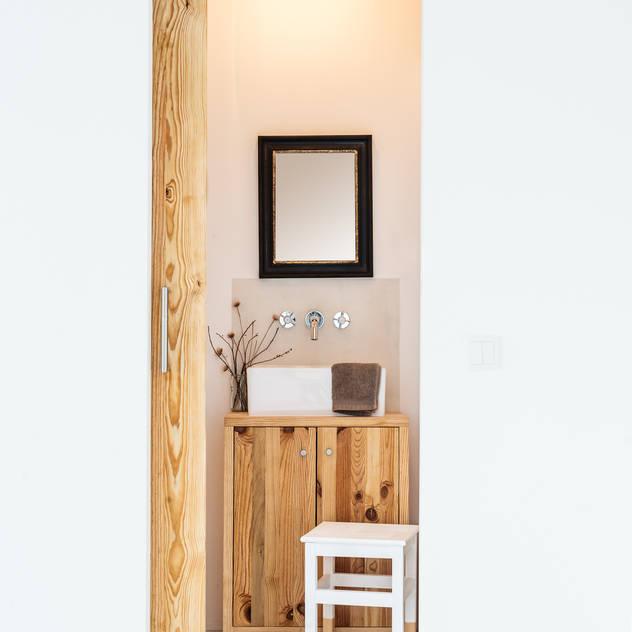 Phòng tắm phong cách mộc mạc bởi Arkstudio Mộc mạc