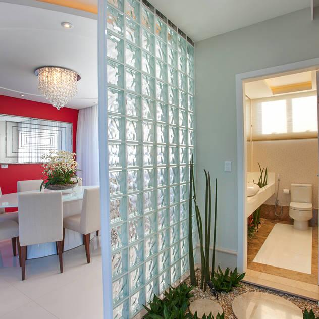 Casa Damha: Banheiros por Arquiteto Aquiles Nícolas Kílaris