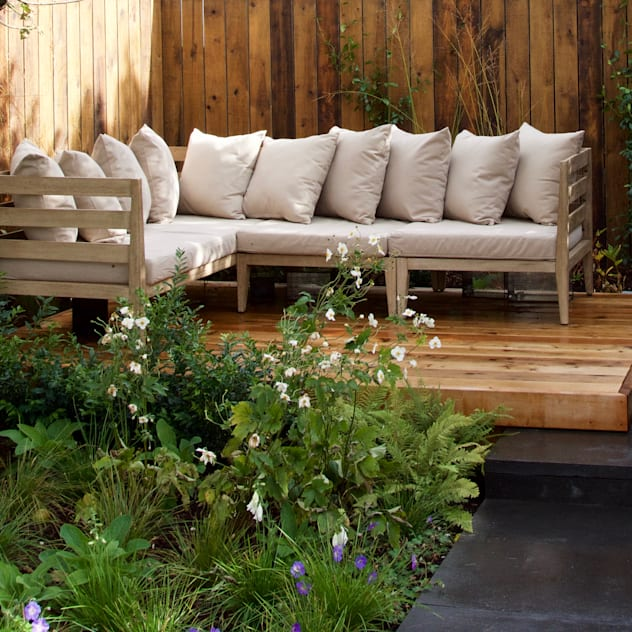 Western Red Cedar Deck with outdoor lounge furniture Vườn phong cách hiện đại bởi Tom Massey Landscape & Garden Design Hiện đại