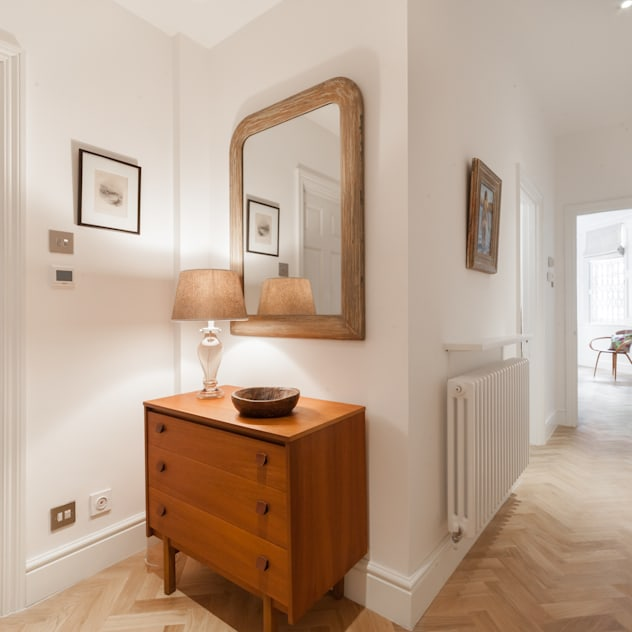 Hallway with eclectic furnishings and herringbone wood floor Eclectic style corridor, hallway & stairs by Timothy James Interiors Eclectic Wood Wood effect