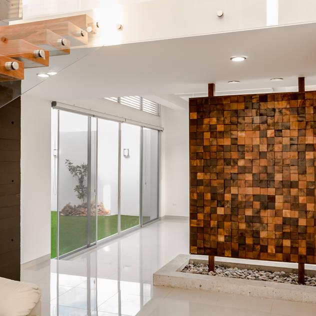 SICOMOROS UNO CERO SIETE: Pasillo, hall y escaleras de estilo por GENETICA ARQ STUDIO