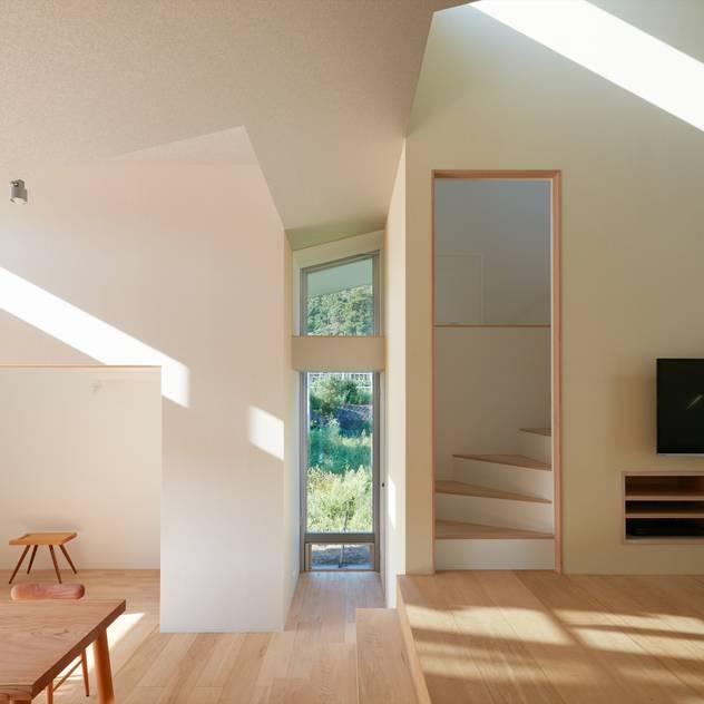徳島の家 / House in Tokushima: 藤原・室 建築設計事務所が手掛けた壁・フローリングです。