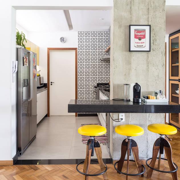 Reforma de apartamento - Ateliê Paralelo: Cozinhas  por Joana França