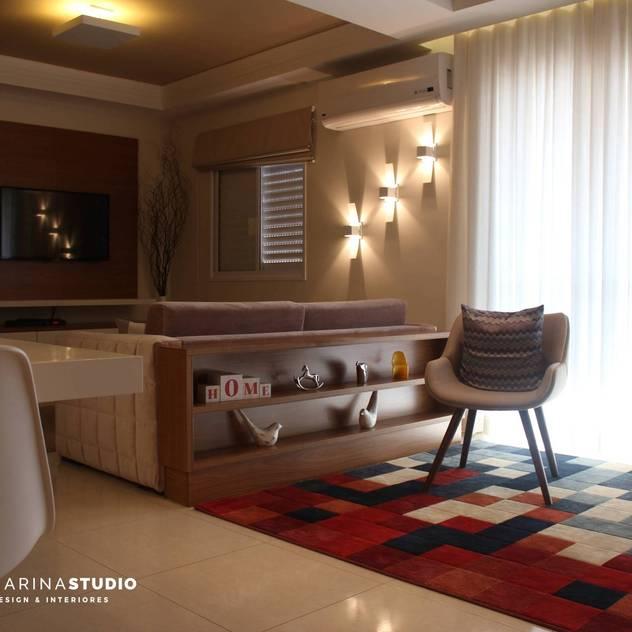Apartamento contemporâneo: Salas de estar modernas por Camarina Studio