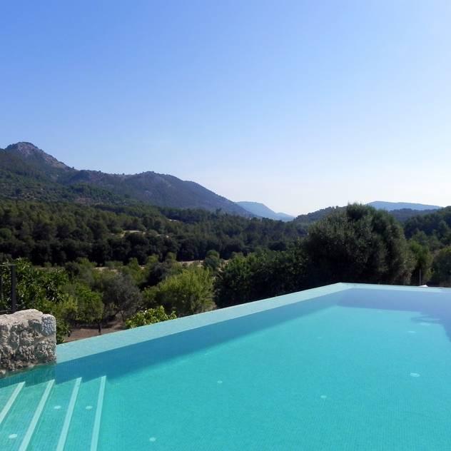 Hồ bơi phong cách hiện đại bởi Tono Vila Architecture & Design Hiện đại