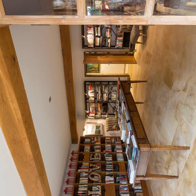 Library Phòng giải trí phong cách đồng quê bởi Studio Mark Ruthven Đồng quê