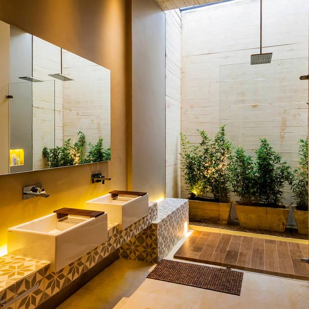 Phòng tắm phong cách hiện đại bởi Arquitectura en Estudio Hiện đại gốm sứ