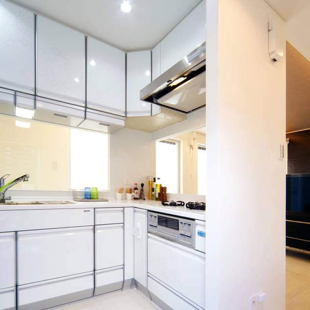 キッチン: 株式会社青空設計が手掛けたプロトタイプハウスです。