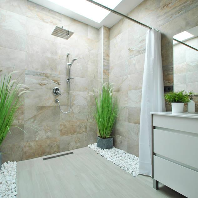 Phòng tắm phong cách hiện đại bởi b2v arquitectura Hiện đại
