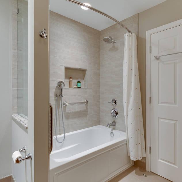 Phòng tắm phong cách tối giản bởi BOWA - Design Build Experts Tối giản