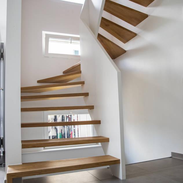 Hành lang, sảnh & cầu thang phong cách hiện đại bởi Holzmanufaktur Ballert e.K. Hiện đại Gỗ Wood effect