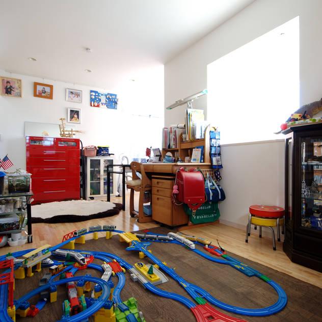 Phòng trẻ em phong cách hiện đại bởi 前田敦計画工房 Hiện đại