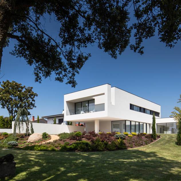 PERSPECTIVA EXTERIOR: Habitações por HUGO MONTE | ARQUITECTO