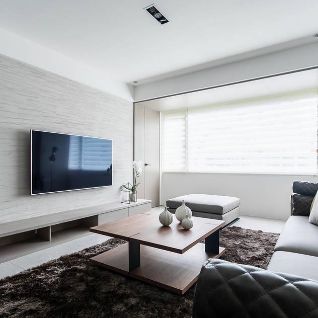 Family room by E&C創意設計有限公司