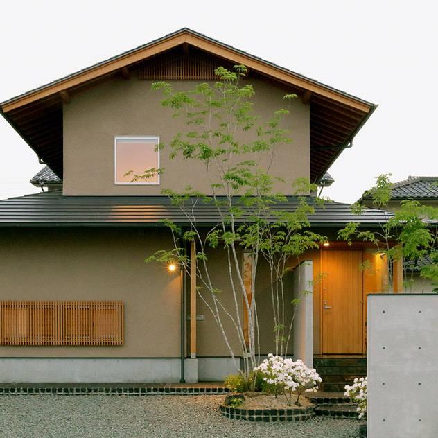 北東 外観 夕景: 竹内建築設計事務所が手掛けた家です。