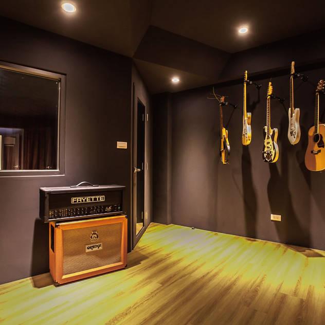 Phòng giải trí phong cách công nghiệp bởi 芽米設計創合團隊 Công nghiệp