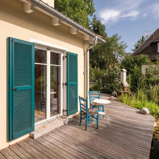 Hiên, sân thượng phong cách Địa Trung Hải bởi wir leben haus - Bauunternehmen in Bayern Địa Trung Hải Gỗ Wood effect