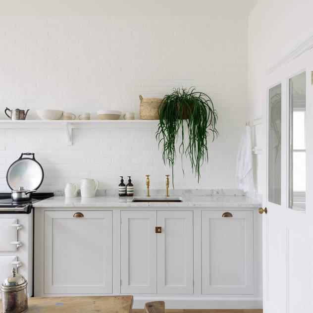The Strawberry Hill Kitchen by deVOL bởi deVOL Kitchens Bắc Âu Gỗ Wood effect