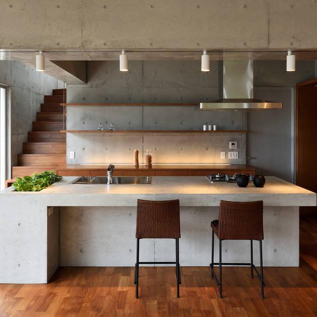 Nhà bếp phong cách hiện đại bởi プラソ建築設計事務所 Hiện đại