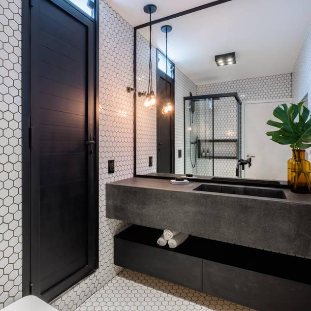 COBERTURA ANAPURUS: Banheiros  por Macro Arquitetos