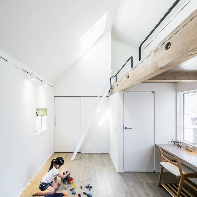Phòng trẻ em phong cách hiện đại bởi 株式会社seki.design Hiện đại