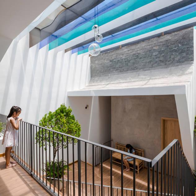 Mãn Nhãn Với Thiết Kế Nhà Lệch Tầng Đẹp Ngập Tràn Ánh Sáng Hiên, sân thượng phong cách hiện đại bởi Công ty TNHH Xây Dựng TM – DV Song Phát Hiện đại