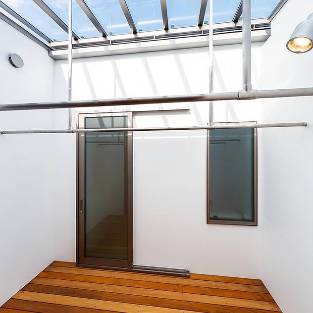 haus-flow 洗濯室 北欧スタイルの 温室 の 一級建築士事務所haus 北欧 木 木目調
