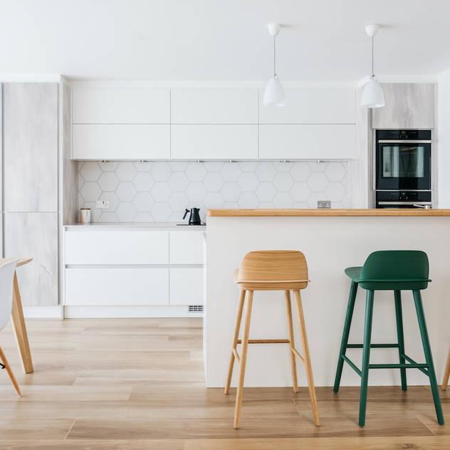 Scandinavian style open kitchen with a breakfast bar Nhà bếp phong cách Bắc Âu bởi Katie Malik Interiors Bắc Âu