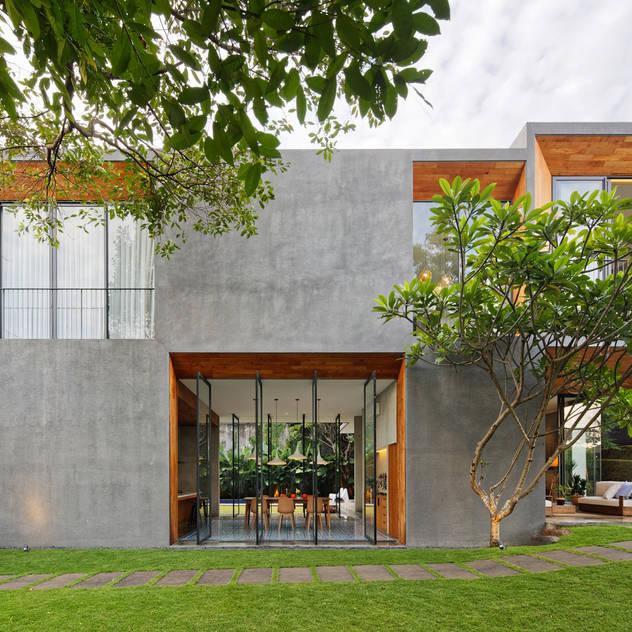 Nhà phong cách nhiệt đới bởi Tamara Wibowo Architects Nhiệt đới Gỗ Wood effect