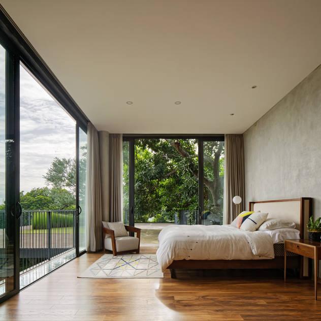 Phòng ngủ phong cách nhiệt đới bởi Tamara Wibowo Architects Nhiệt đới Gỗ Wood effect
