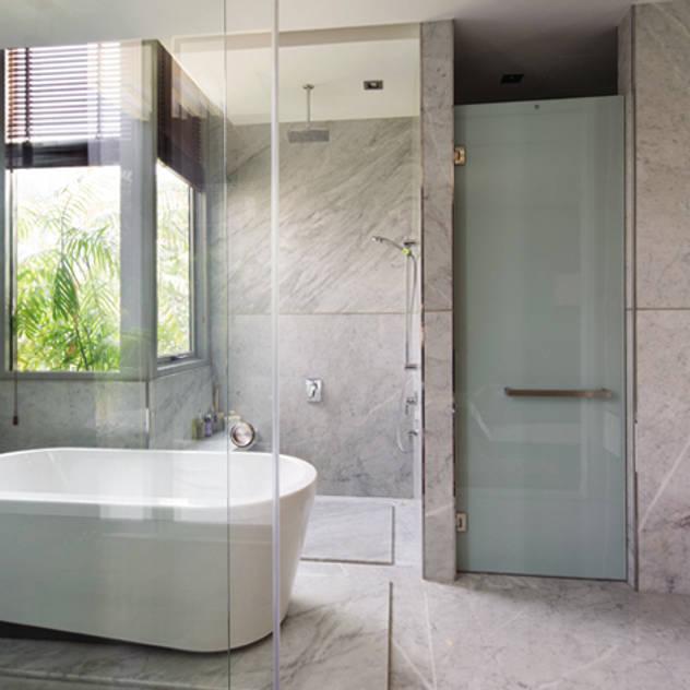 Phòng tắm – vệ sinh trong phòng ngủ chính. Phòng tắm phong cách hiện đại bởi Công ty TNHH TK XD Song Phát Hiện đại Đồng / Đồng / Đồng thau