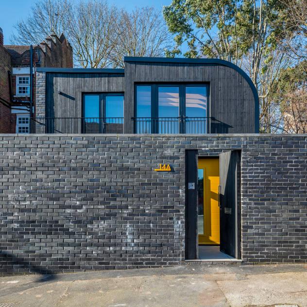 Darling House bởi The Crawford Partnership Hiện đại Gạch