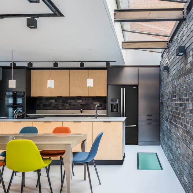 Kitchen and Dining space Nhà bếp phong cách hiện đại bởi The Crawford Partnership Hiện đại Ván ép