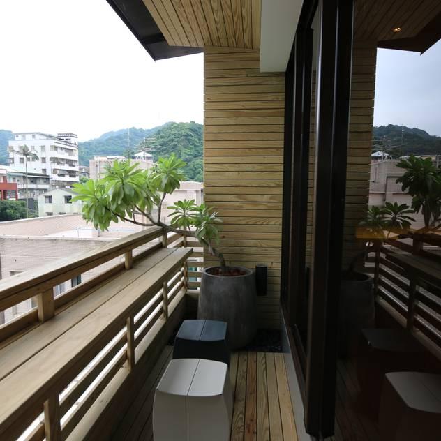 Hiên, sân thượng phong cách đồng quê bởi 青易國際設計 Đồng quê