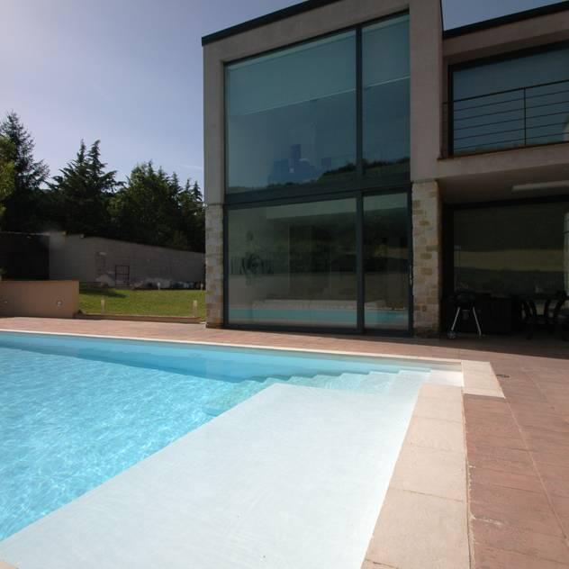 Villa unifamiliare con piscina a Foligno (PG): Piscina in stile  di Fabricamus - Architettura e Ingegneria