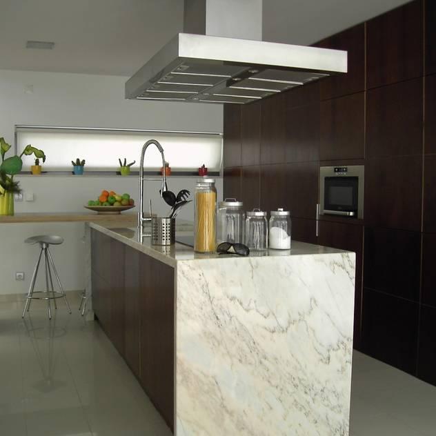 Moradia Unifamiliar: Cozinhas embutidas por PRX Gabinete de Arquitectura, Lda