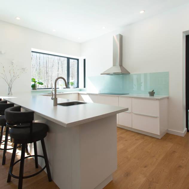 Nhà bếp phong cách hiện đại bởi Solares Architecture Hiện đại