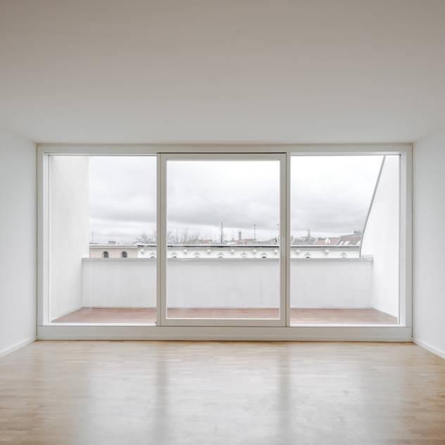 Phòng khách phong cách tối giản bởi JAN RÖSLER ARCHITEKTEN Tối giản