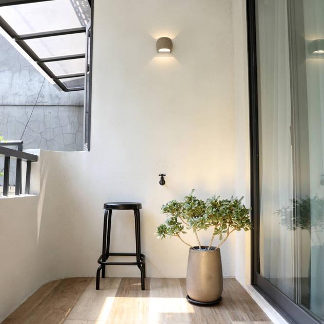 Hiên, sân thượng phong cách hiện đại bởi 酒窩設計 Dimple Interior Design Hiện đại Gạch ốp lát
