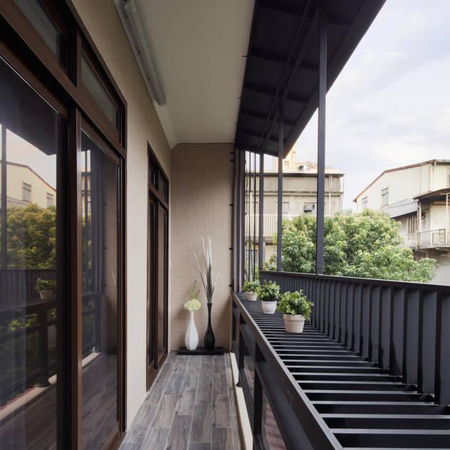 Hiên, sân thượng phong cách hiện đại bởi 星葉室內裝修有限公司 Hiện đại