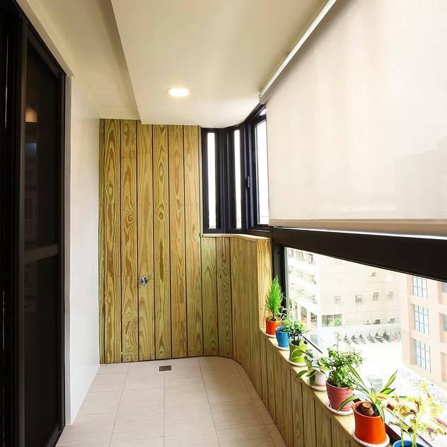 Hiên, sân thượng phong cách hiện đại bởi 奕禾軒 空間規劃 /工程設計 Hiện đại