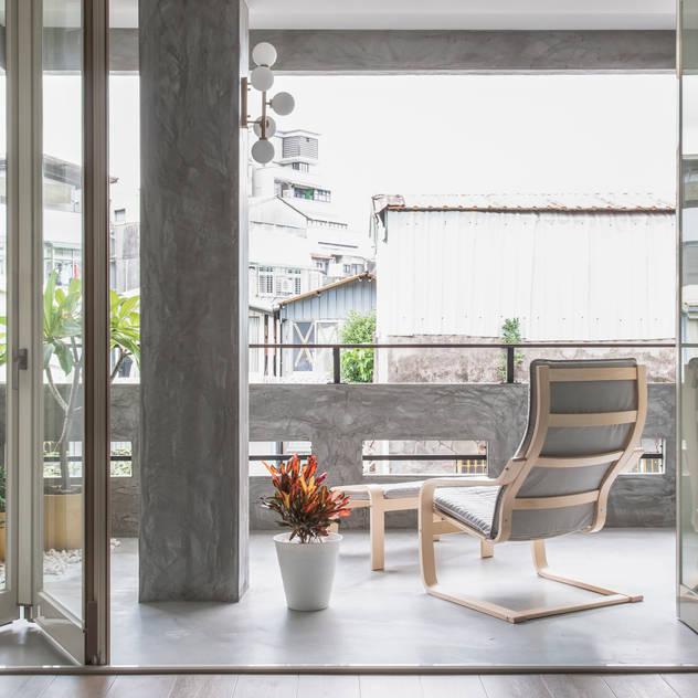 Hiên, sân thượng phong cách chiết trung bởi 湜湜空間設計 Chiết trung Bê tông