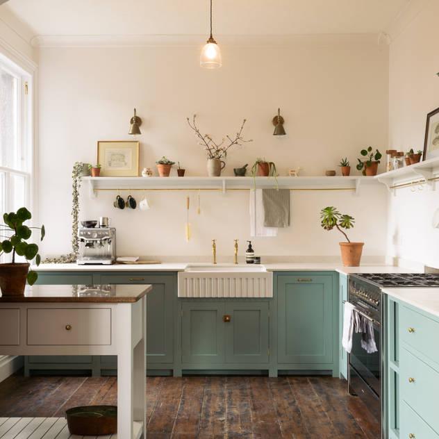 An Edwardian Villa in Cardiff Nhà bếp phong cách kinh điển bởi deVOL Kitchens Kinh điển