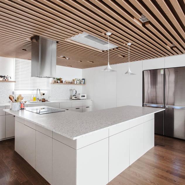 Nhà bếp phong cách hiện đại bởi FLIP (플립) 디자인 스튜디오 Hiện đại