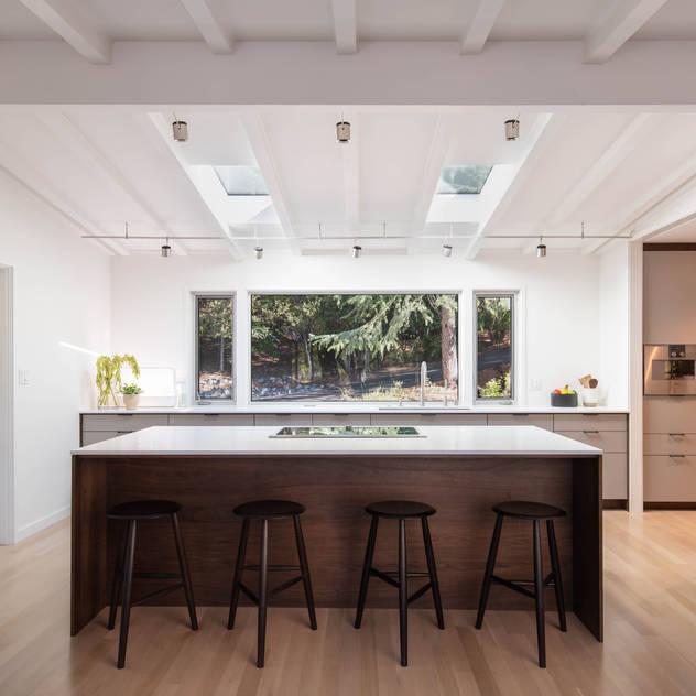 Nhà bếp phong cách hiện đại bởi Klopf Architecture Hiện đại